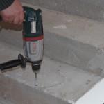 1. Wywiercić otwory Ø 10 w podłożu na głębokość 50 mm