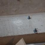 5. Wcisnąć kołki w otwory w betonie