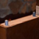 5. Wcisnąć kołki w wangę i wkręcić wkręty.